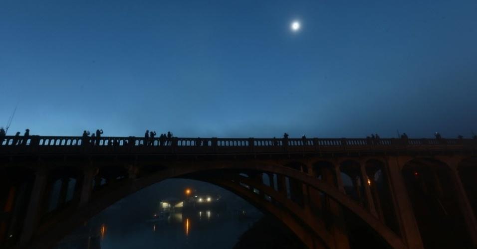 21.ago.2017 - Eclipse solar deixa Depoe Bay, em Oregon (EUA), no escuro antes mesmo do anoitecer
