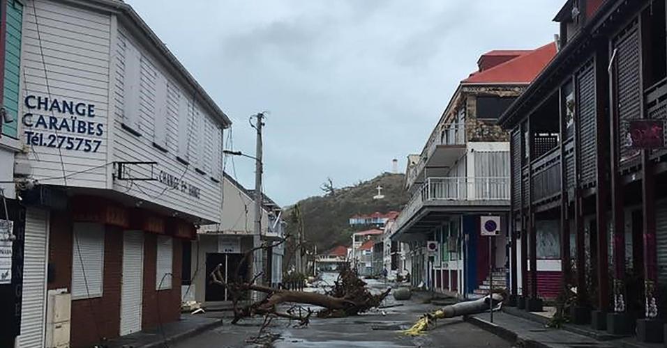 7.set.2017 - Rua comercial deserta, com rede de energia danificada, após passagem do furacão Irma pela cidade de Gustávia, capital da Coletividade de São Bartolomeu (território pertencente à França), no Caribe