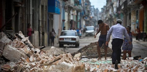 Cubanos passam por escombros em Havana após passagem de furacão