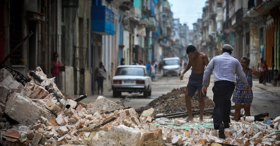Cubanos atravessaram os escombros de um edifício destruído em Havana