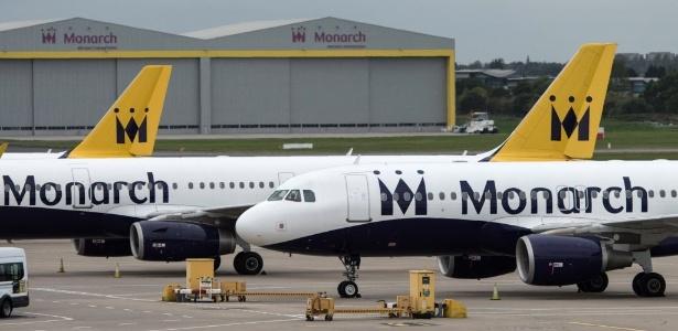 Aviões da Monarch Airlines estacionados no aeroporto de Birmingham, na Inglaterra, após a empresa decretar falência e cancelar voos