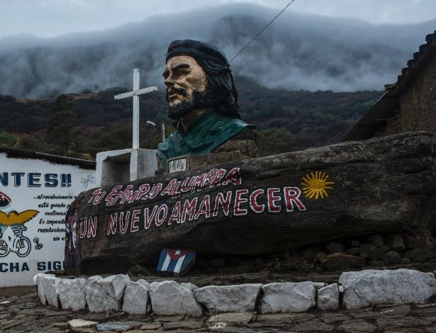Estátua de Che Guevara em praça em La Higuera, na Bolívia