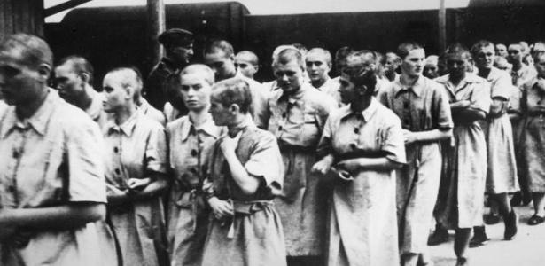 Imagem mostra prisioneiras no campo de concentração de Auschwitz
