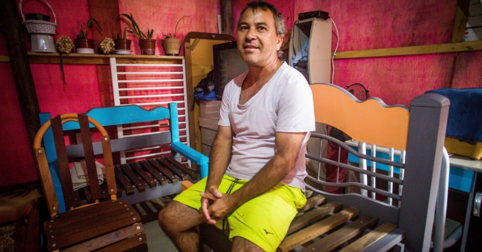 14.abr.2018 - Ciro Gomes Sobrinho e a mulher gastaram R$ 5.000 para montar a casa de madeira na ocupação Terra Prometida, no Jardim Imperador, zona leste de São Paulo