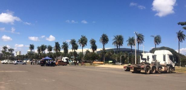 Apenas 4 caminhões estavam parados no estacionamento do estádio Mané Garrincha, em Brasília, onde haveria uma concentração nesta segunda-feira