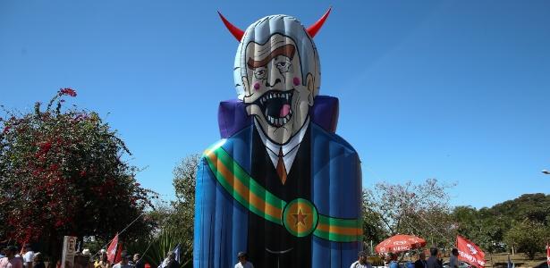 Servidores inflaram um boneco que, segundo eles, representa o presidente Temer - Pedro Ladeira/Folhapress