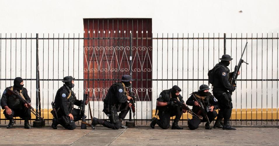 13.jul.18 - Forças especiais da Nicarágua cercam igreja com estudantes dentro durante protestos