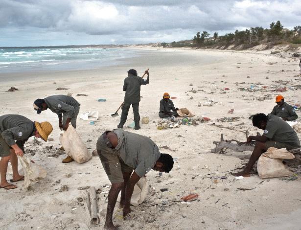 Os Vigilantes de Dhimurru limpam praia em Yalangbarra, na Austrália