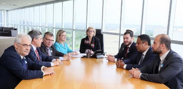 19.out.2018 - A presidente do TSE, ministra Rosa Weber, recebe a presidente do PT, Gleisi Hoffmann, e outros dirigentes de partidos políticos