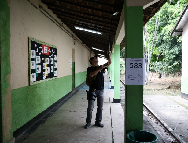 Policial inspeciona escola onde vota Jair Bolsonaro (PSL) em Deodoro, no Rio de Janeiro - Pedro Ladeira/Folhapress