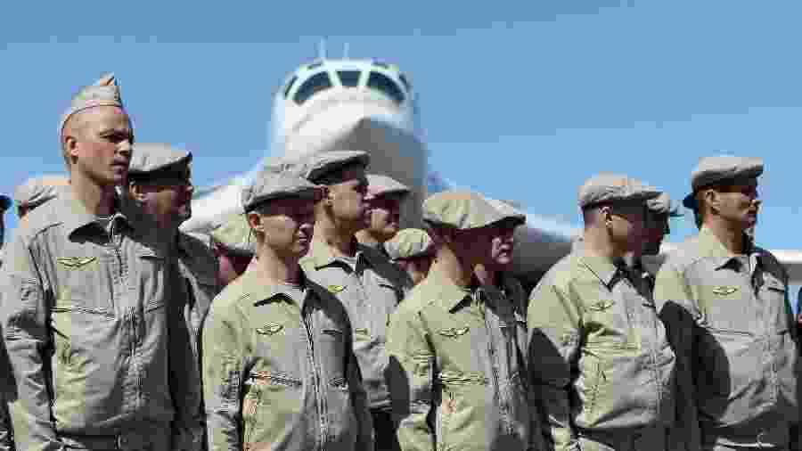 Soldados da Força Aérea Russa diante de um Tupolev Tu-160, bombardeiro supersônico no aeroporto de Maiquetia, em Caracas - AFP