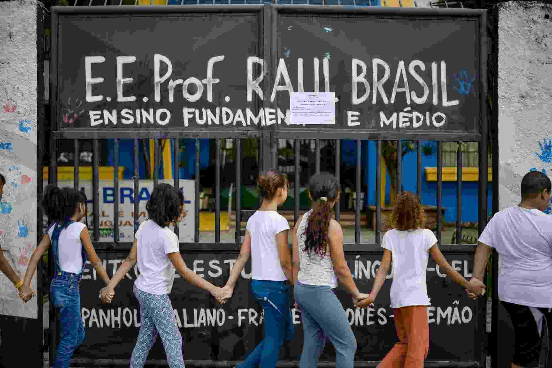 20.mar.2019 - Crianças participam de abraço coletivo no prédio da escola estadual Raul Brasil, em Suzano, que foi palco de um massacre há uma semana - Julien Pereira/Fotoarena/Estadão Conteúdo
