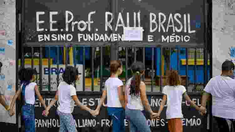 Crianças participam de abraço coletivo no prédio da Escola Estadual Raul Brasil, em Suzano - Julien Pereira/Fotoarena/Estadão Conteúdo