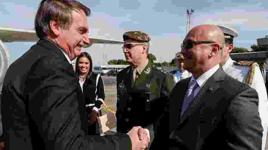 25.jul.2019 - O presidente Jair Bolsonaro cumprimenta o Superintendente da Suframa, Cel. Alfredo Menezes, durante visita a Manaus - Alan Santos/PR