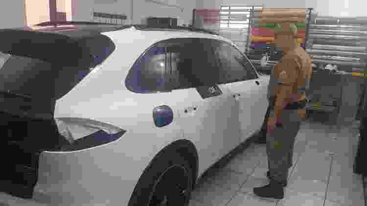 Porsche Cayenne está sendo envelopada para ficar com as cores da PM - Divulgação/Polícia Militar-SC