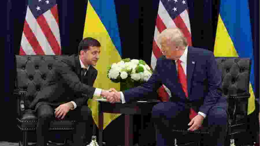 Processo de impeachment gira em torno da pressão de Trump sobre o presidente ucraniano Volodymyr Zelensky (à esq.) - EPA