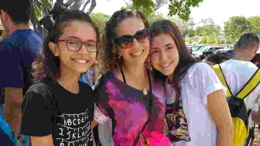 Ana Dora Virtuoso, 17 (à direita) chegou à prova do Enem com a mãe, Débora (centro), e a irmã, Alice, em Maceió (AL) - Aliny Gama/UOL