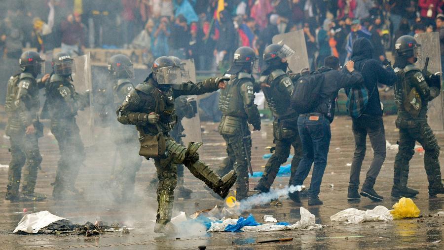 Policiais durante protestos contra o presidente da Colômbia, Ivan Duque, em Bogotá - Raul Arboleda/AFP