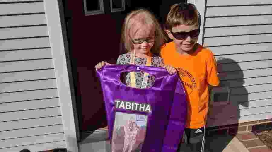 Matteo Lambert, à direita, encontra menina que faz tratamento contra o câncer e que ele homenageia com seu uniforme de corrida - Twitter/@Hopecam