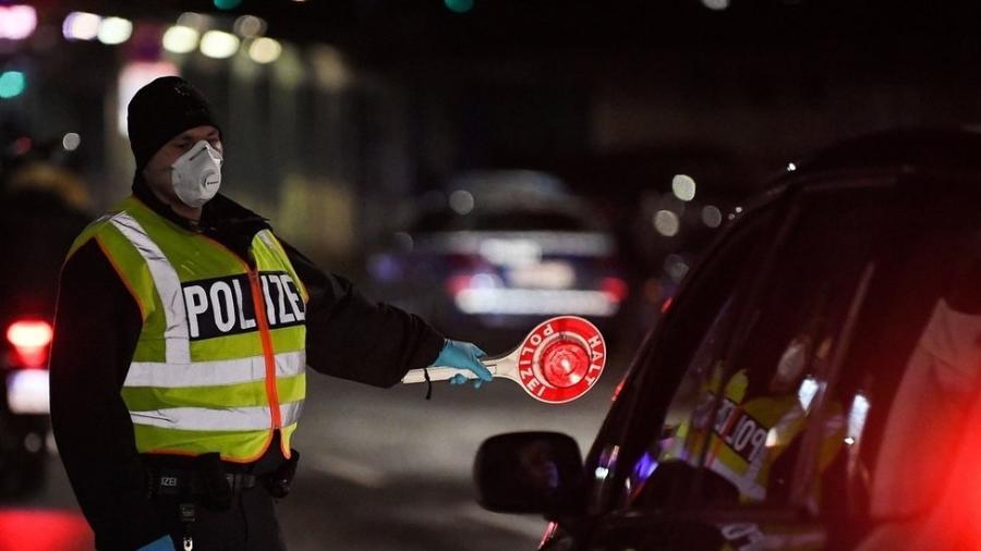Policial alemão usa máscara no controle de motoristas na fronteira com a França - PATRICK HERTZOG/AFP