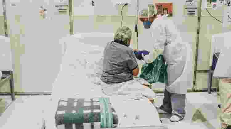 Paciente é tratado no hospital de campanha no Anhembi, em São Paulo, criado no começo da pandemia - Talyta Vespa/UOL - Talyta Vespa/UOL