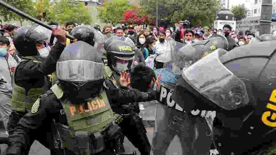 Polícia detém um dos manifestantes que protestava contra a posse do presidente interino Manuel Merino; protestos tomaram ruas de Lima contra o impeachment do presidente Martin Vizcarra - Sebastian Castaneda/Reuters