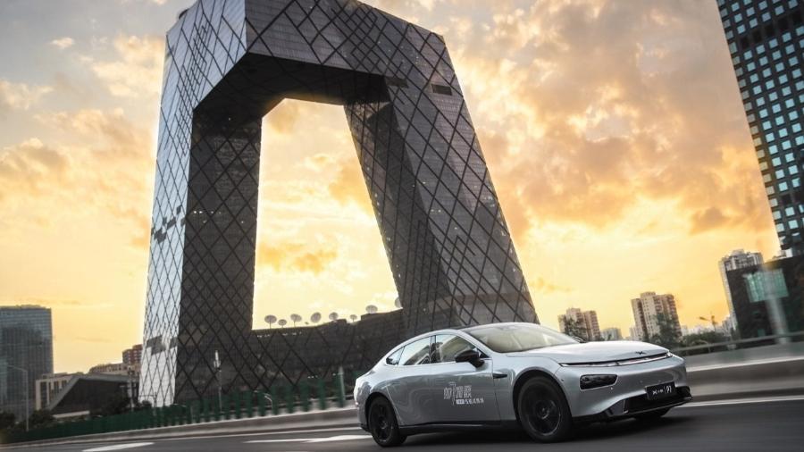 Modelo P7, da Xpeng, circula no centro de Pequim - Divulgação