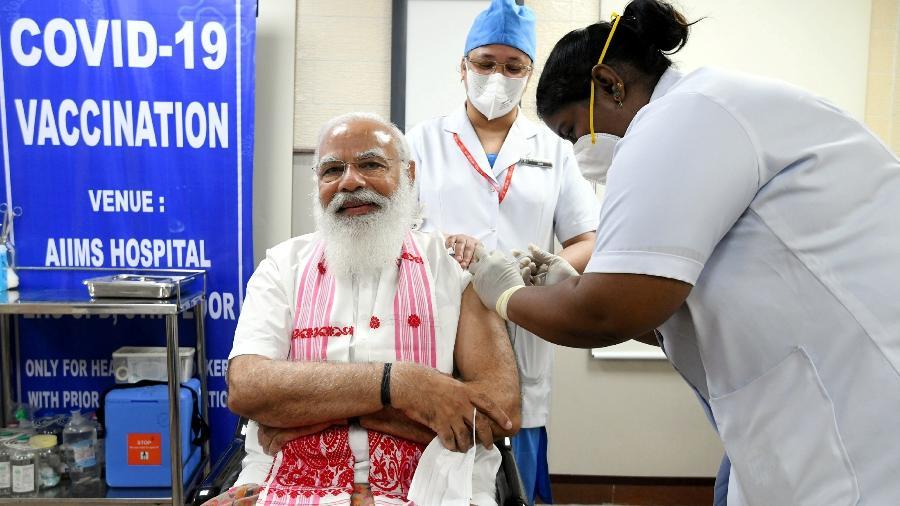 """O primeiro-ministro da Índia, Narendra Modi, toma 1ª dose da Covaxin, vacina contra o coronavírus desenvolvida pelo laboratório indiano Bharat Biotech - India""""s Press Information Bureau/Reuters"""