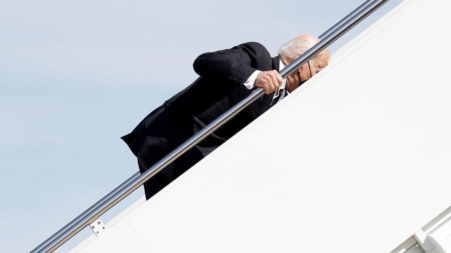 19.mar.2021 - O presidente dos EUA, Joe Biden, se desequilibra ao subir as escadas do avião presidencial. Ele tropeçou três vezes e caiu de joelhos - REUTERS/Carlos Barria