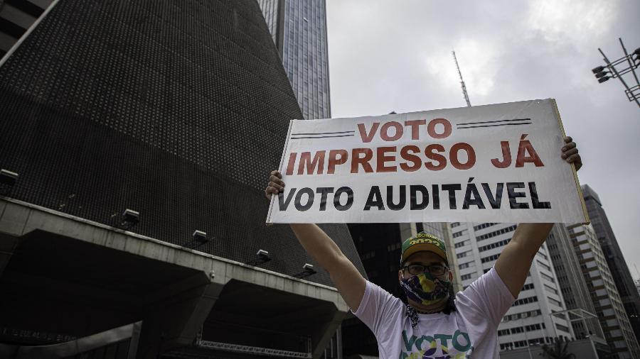 15.mai.2021 - Homem levanta cartaz a favor do voto impresso em ato a favor do presidente Jair Bolsonaro na avenida Paulista, em São Paulo - BRUNO ROCHA/ENQUADRAR/ESTADÃO CONTEÚDO