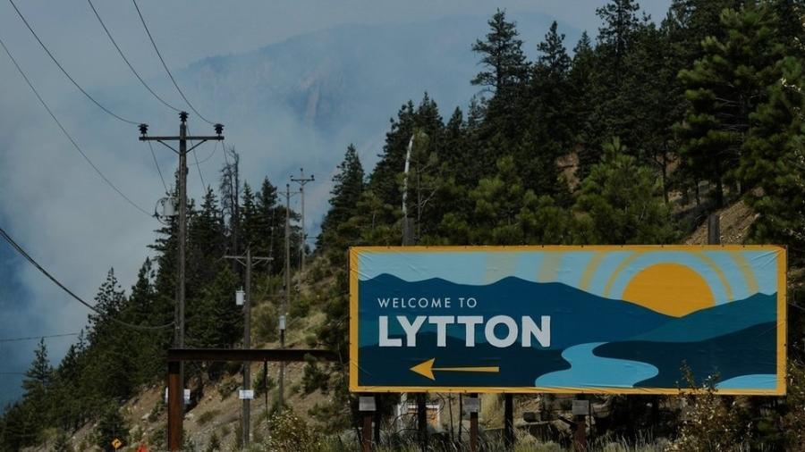 Fumaça em Lytton, no oeste do Canadá, no dia seguinte a incêndio que consumiu quase toda a cidade, em 30 de junho de 2021 - Reuters