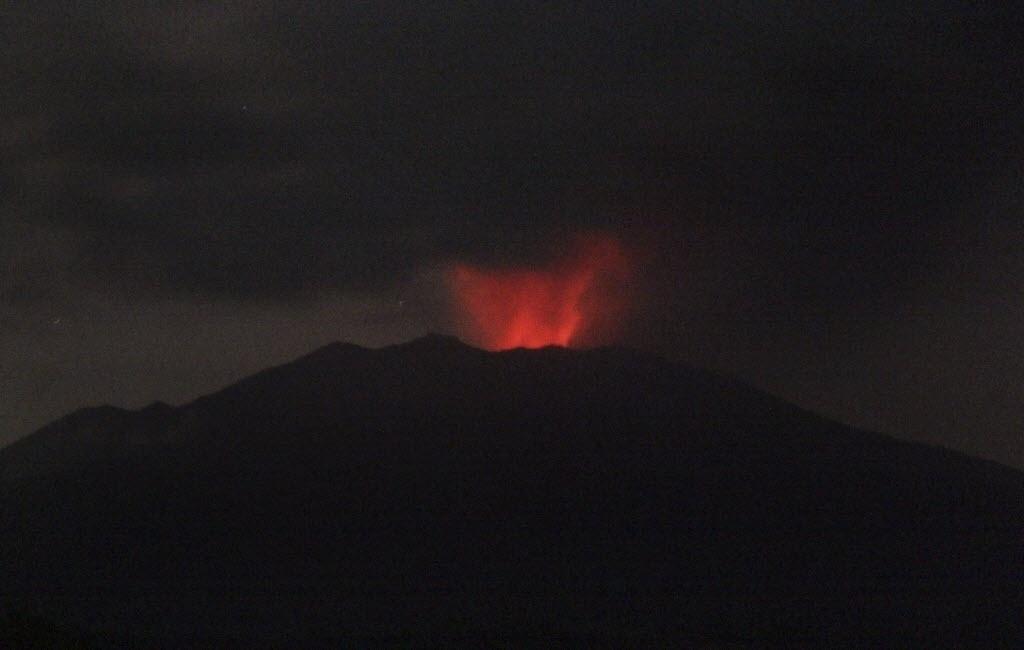 10.jul.2015 - O vulcão Mount Raung expele lava, fumaça e cinzas, na ilha de Java, na Indonésia, nesta sexta-feira (10). As autoridades ordenaram o fechamento temporário de quatro aeroportos no país por má visibilidade devido à erupção vulcânica