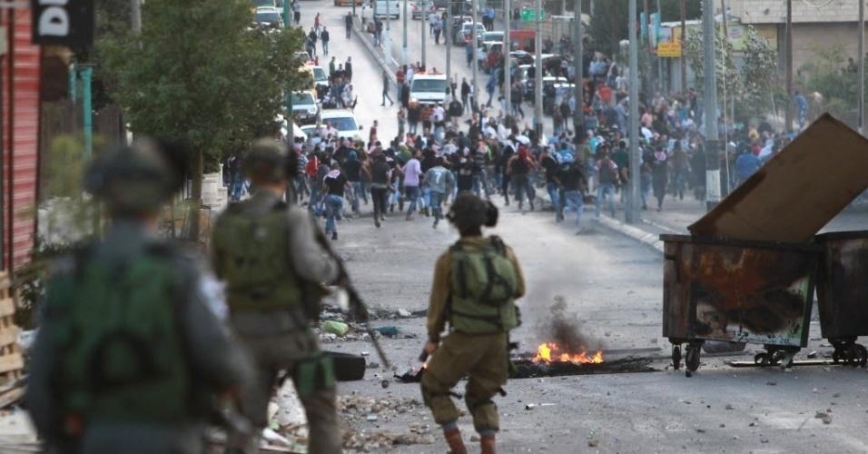 9.out.2015 - Manifestante palestino atiram pedras em direção as forças de segurança israelenses durante confrontos na cidade de Belém, na Belém, na Cisjordânia. Pelo menos cinco palestinos morreram e mais de 30 ficaram feridos durante os confrontos na faixa de Gaza. O líder do Hamas, Ismail Haniyeh, afirmou que a violência atual é uma nova Intifada, a exemplo da revolta palestina de 1987 e 2000