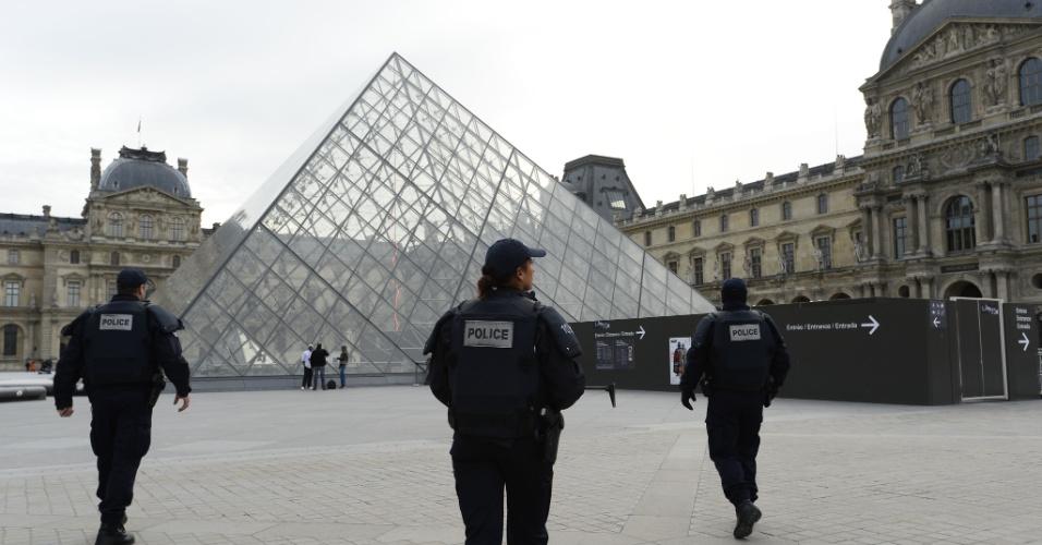 14.nov.2015 - Policiais fazem a segurança do Museu do Louvre em Paris na manhã deste sábado (14), dia seguinte aos ataques terroristas que deixaram 127 mortos na capital francesa