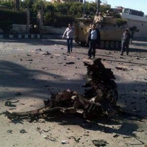 Pedaços de um carro-bomba ficam espalhados na rua em Al-Arish (Egito), no norte da Península do Sinai, após um atentado em frente a um hotel - EFE