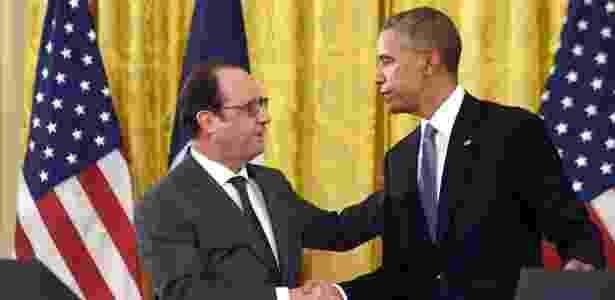 O presidente dos EUA, Barack Obama, cumprimenta o presidente francês, François Hollande, na Casa Branca - Nicholas Kamm/AFP