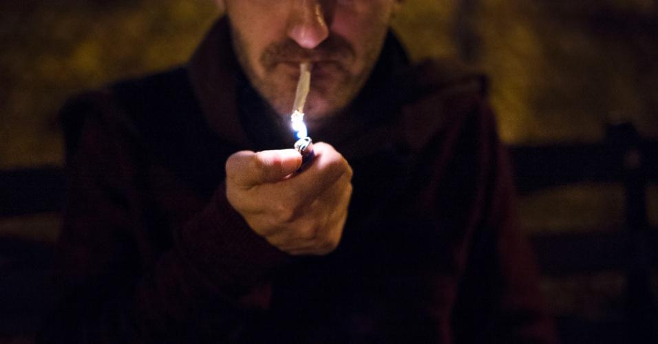 15.dez.2015 - Homem fuma cigarro de maconha em Tompkins Square Park, em Nova York (EUA)