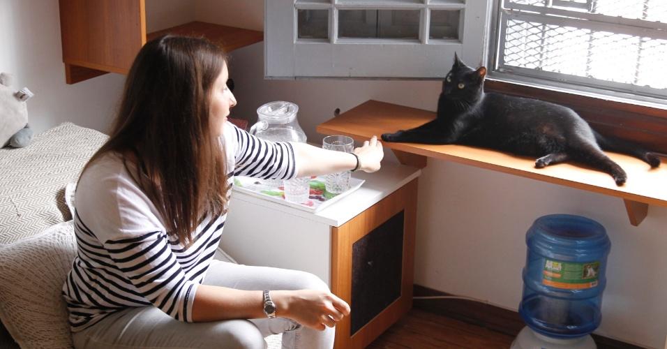 Camila Sánchez e sua gata Phoebe visitam o hotel Yellow, em Montevidéu, no Uruguai