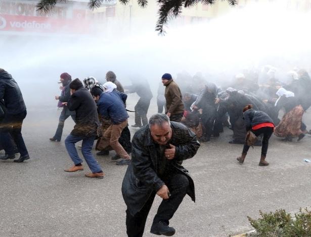 Manifestantes pró-curdos são atingidos por canhões de água e bombas de gás lacrimogêneo lançadas por policiais em Van. Trinta e dois 32 militantes curdos foram mortos, no último domingo (11), em conflitos que põem fim ao cessar-fogo de dois anos
