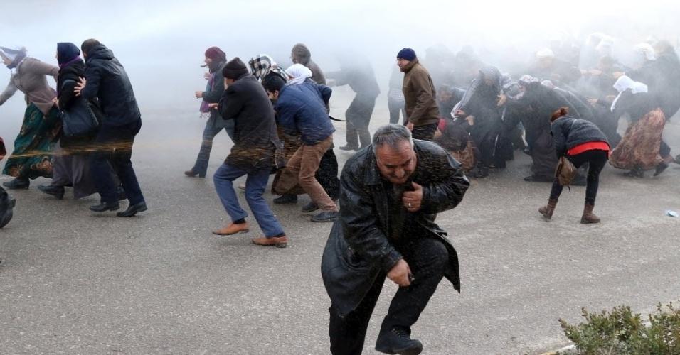 11.jan.2016 - Manifestantes pró-curdos são atingidos por canhões de água e bombas de gás lacrimogêneo lançadas por policiais em Van, Turquia. Forças de segurança mataram 32 militantes curdos no sudeste do país, neste domingo, em conflitos que põe fim a um cessar-fogo de dois anos. O Partido dos Trabalhadores do Curdistão (PKK) considerado um grupo terrorista pela Turquia, pelos EUA e pela União Europeia, diz lutar por autonomia e maiores direitos aos curdos no país-membro da Otan