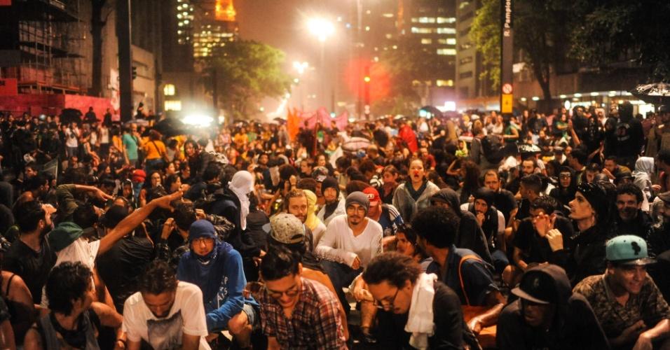 14.jan.2016 - Estudantes finalizaram um dos atos contra aumento de tarifas do transporte público no Masp, na avenida Paulista