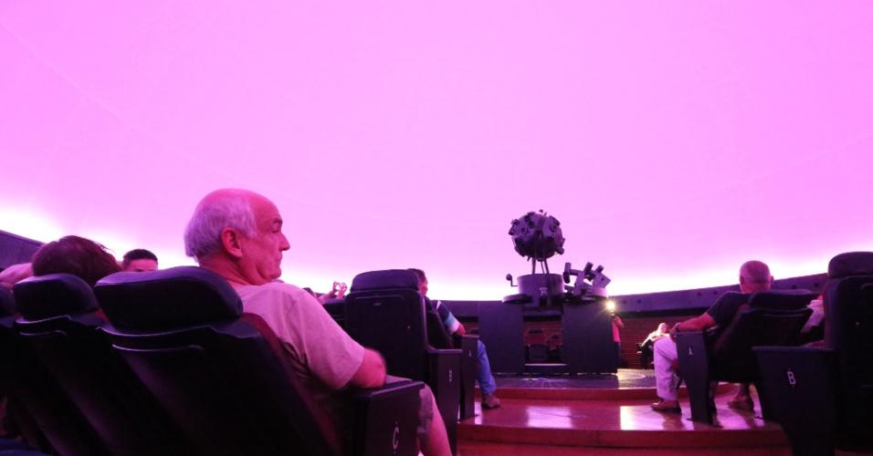 24.jan.2016 - Público assiste apresentação no Planetário do Ibirapuera, em São Paulo, no primeiro dia da reabertura do local, inaugurado em 1957 e tombado pelos órgãos de defesa do patrimônio histórico do Estado e da prefeitura. O planetário estava desativado desde 2013, quando uma centelha de raio atingiu a rede elétrica