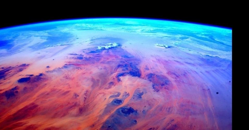 2.mar.2016 - Viajando a mais de 340 km acima da Terra, a cerca de 27 mil km/h, Scott circunavegava o globo mais de 12 vezes por dia. Essa imagem mostra a vista da África