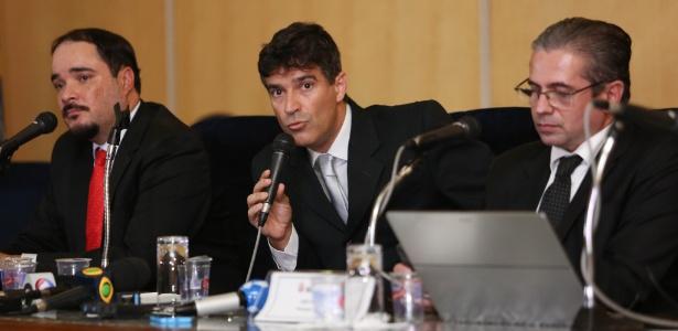 Investigações em curso em São Paulo poderiam ter correções de rumo, diz o promotor José Carlos Blat (à direita)