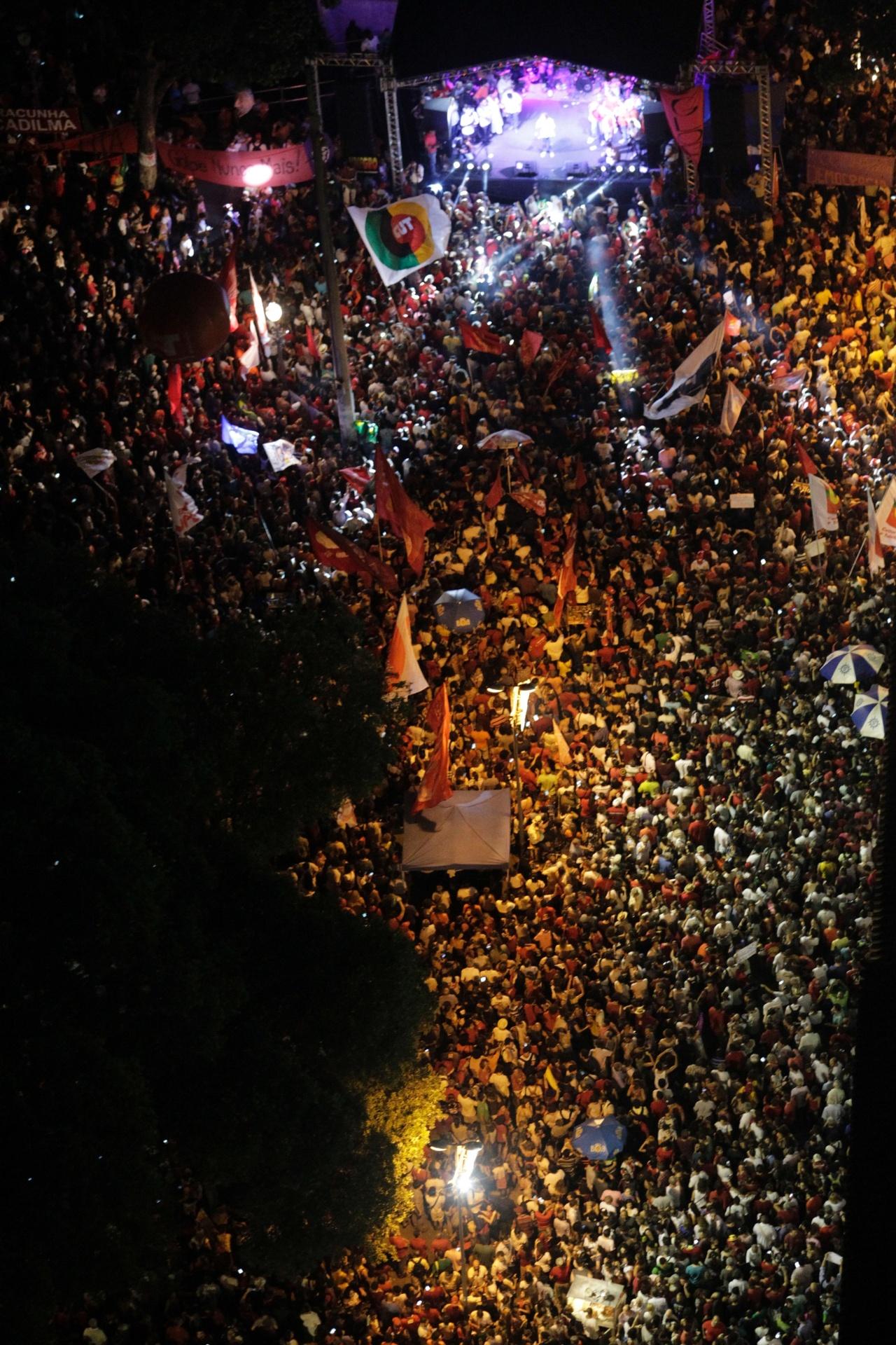 18.mar.2016 - No Rio de Janeiro, manifestantes promovem ato anti-impeachment da presidente Dilma Rousseff e a favor da democracia na Cinelândia