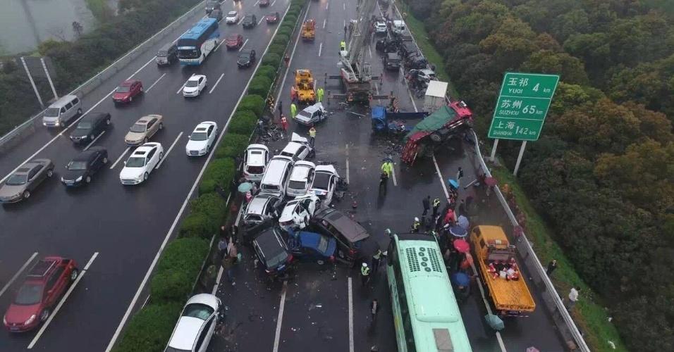2.abr.2016 - Um acidente envolvendo vários carros deixou pelo menos dois mortos e dezenas de feridos na estrada que liga Xangai a Nanjing em Jiangsu, na China, neste sábado
