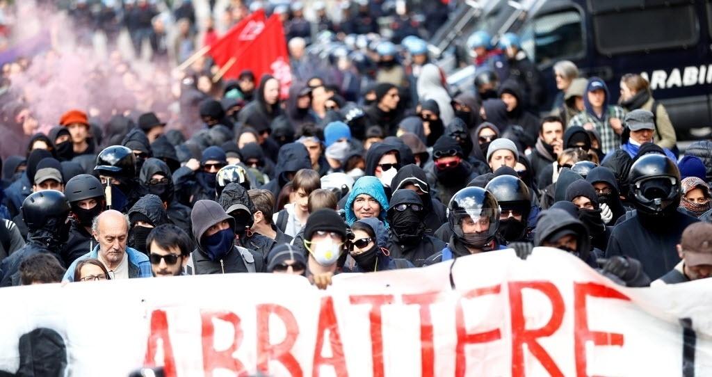 7.mai.2016 - Uma manifestação contra um plano para restringir o acesso ao Passo do Brenner, local entre a Itália e a Áustria, acabou em violência. A polícia italiana utilizou gás lacrimogêneo contra centenas de manifestantes que atiravam pedras e fogos de artifício. O plano da Áustria é erguer uma cerca no cruzamento dos Alpes que compartilha com a Itália para