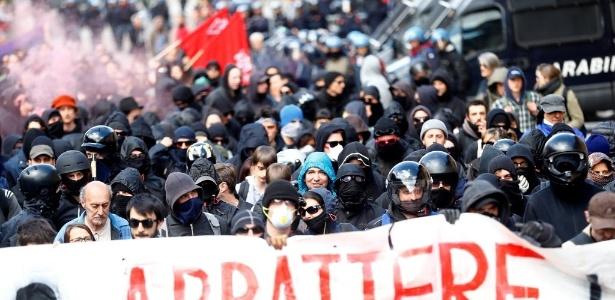 Manifestação contra um plano para restringir o acesso à fronteira entre Itália e a Áustria acabou em violência