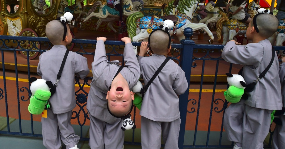 9.mai.2016 - Crianças sul-coreanas têm momento de lazer em parque de diversões de Seul. Participantes do programa de formação de monges budistas, e fazem um programa de duas semanas de estudos sobre essa filosofia, criado em celebração ao aniversário de Buda, que acontece no próximo dia 14 de maio