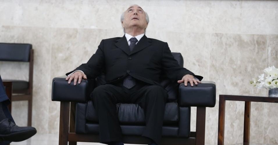 25.mai.2016 - O presidente interino Michel Temer (PMDB) senta-se durante cerimônia de apresentação de credenciais de embaixadores no Palácio do Planalto, em Brasília. A cerimônia teve a participação do ministro das Relações Exteriores, José Serra